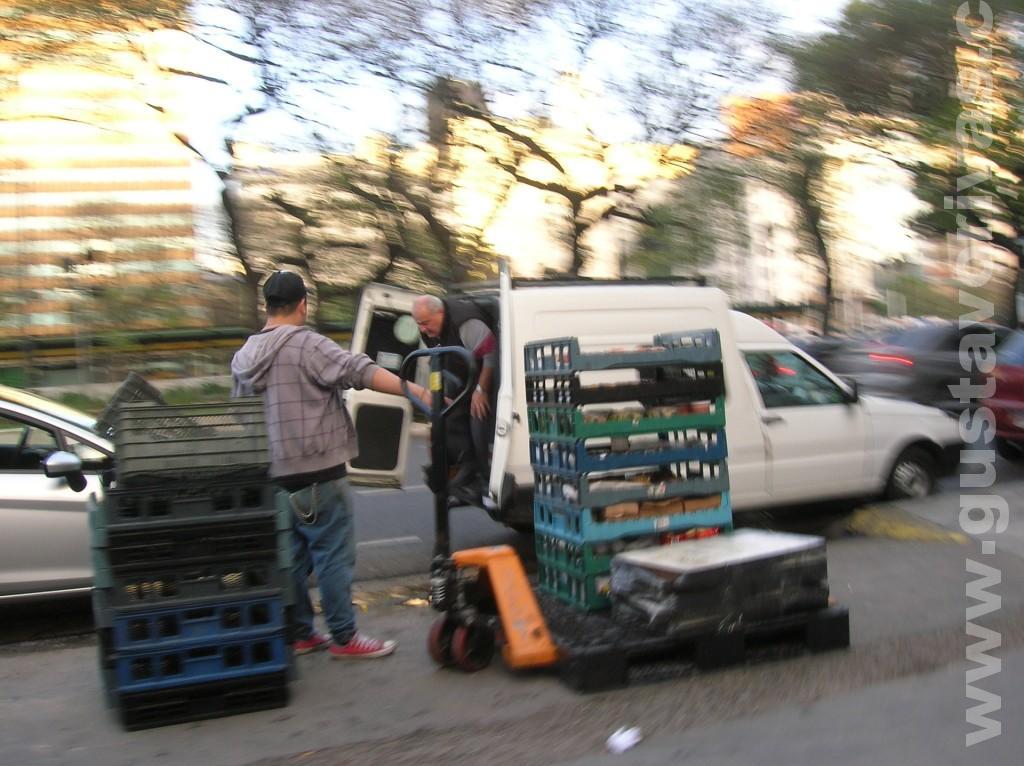 JDC 292 Frente a Troncheto cargando mercadería en la calle